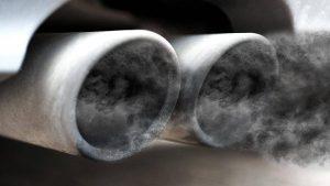 humo negro por el tubo de escape